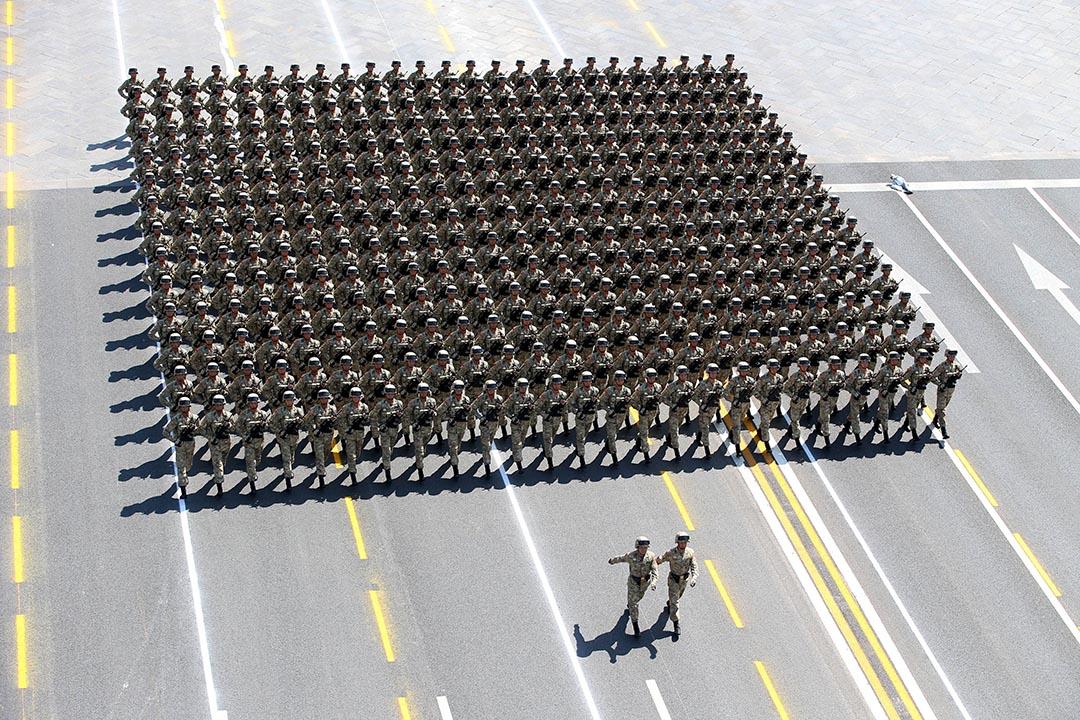 2015年9月3日,北京,解放軍士兵在天安門廣場接受檢閱。攝:Yao Dawei/Xinhua/REUTERS