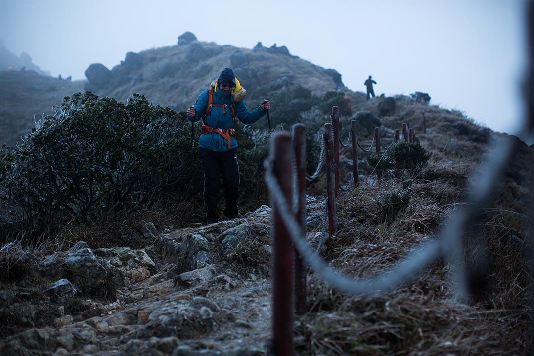 在香港爬山穿上羽絨,接近零度時也綽綽有餘。攝:盧翊銘/端傳媒