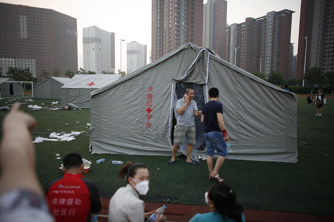 一些市民疏散後臨時安頓在一所小學中。攝 : Stringer/ChinaFotoPress