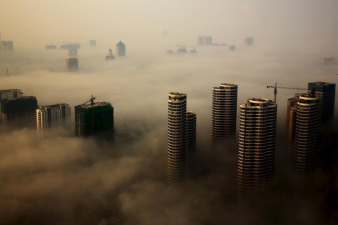 2015年10月18日,中國山東省一片薄霧中的樓房景色。攝:Reuters