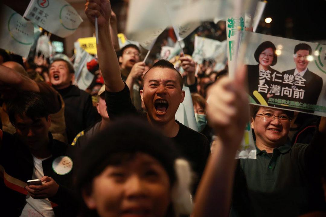 2016年1月16日,台北,蔡英文支持者得悉小英獲勝後表現激動。攝:Billy H.C. Kwok/端傳媒