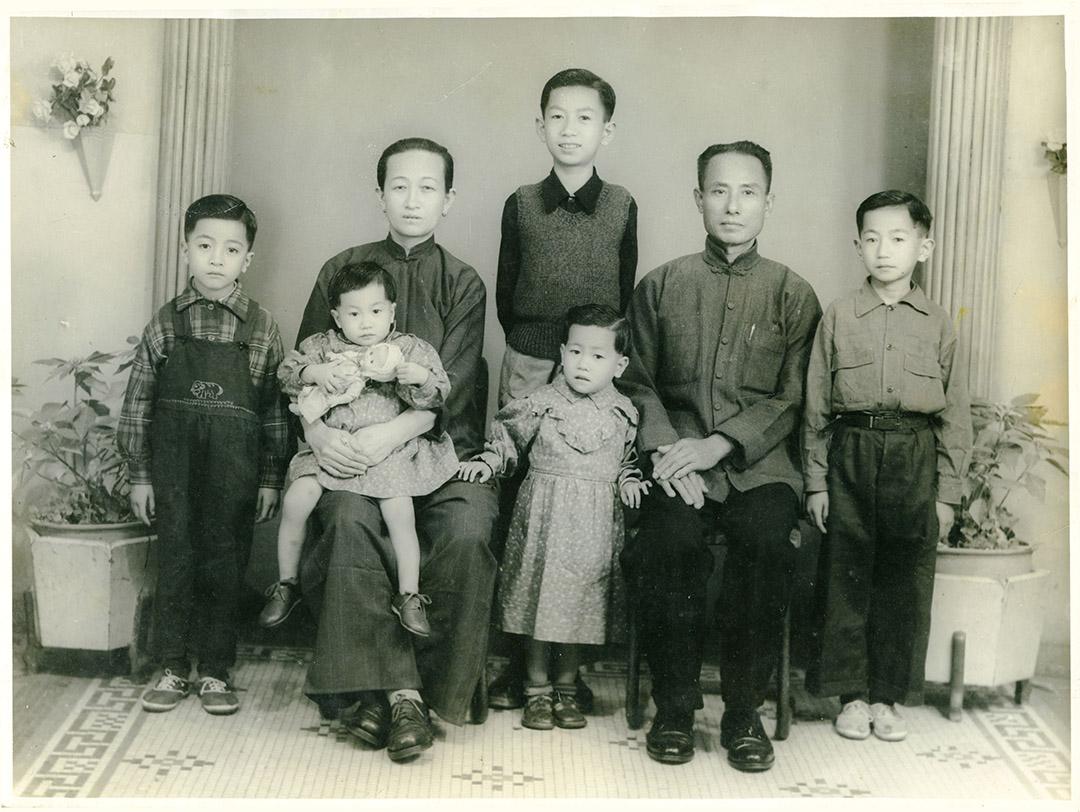 家裏每添一個新成員,林國盛的爸爸就會帶全家人上「尖尖」拍照留念。這一年,他的妹妹出生。相片由受訪者提供