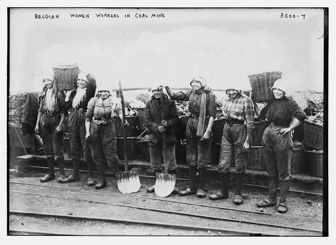 1910至15年間,比利時,一班女礦工帶著她們的籃子在礦場附近合照。攝:Bain Collection/Library of Congress/Handout via Reuters
