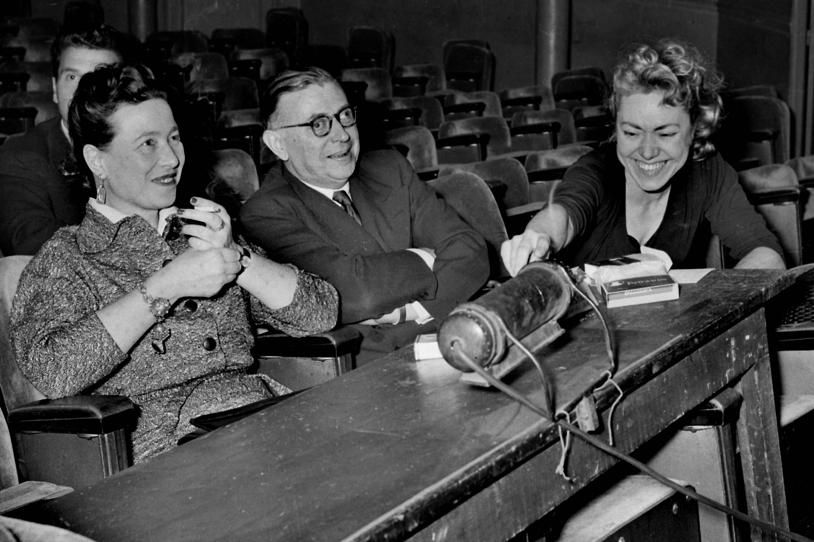 1955年,薩特與波伏娃(左)在巴黎一劇場。攝:Lipnitzki/Roger-Viollet via AFP