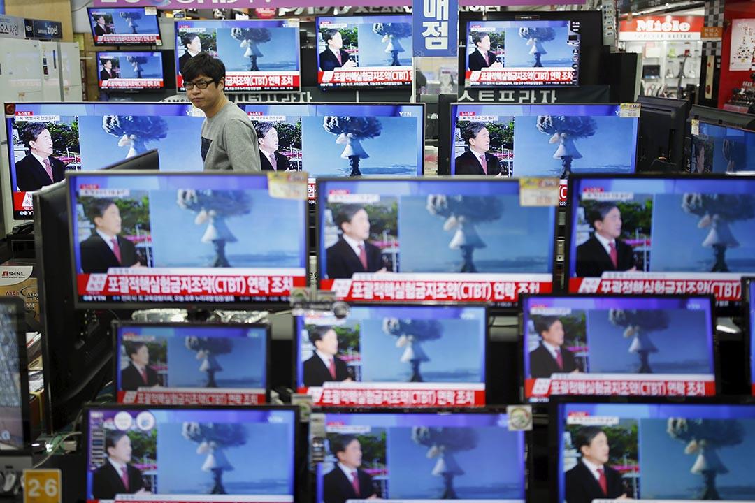 2016年1月6日,南韓首爾,電器店的電視正在播放北韓進行氫彈核試驗的新聞。攝:Kim Hong-Ji/REUTERS