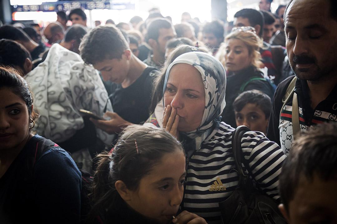 敘利亞難民、庫爾德人 Emira 到達德國慕尼黑後喜極而泣。 攝:Gordon Wetters/端傳媒