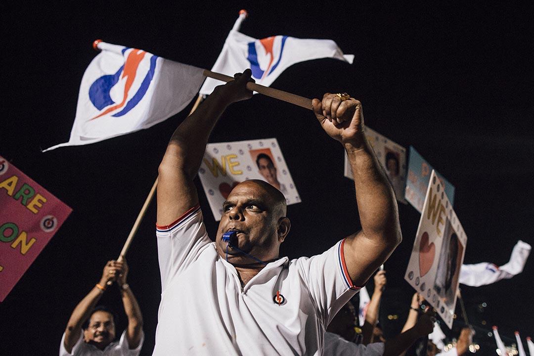 人民行動黨支持者揮動旗幟。攝 : Anthony Kwan/端傳媒