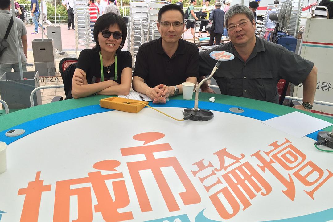 謝志峰在《城市論壇》現場,右一為港台前助理處長施永遠。受訪者提供
