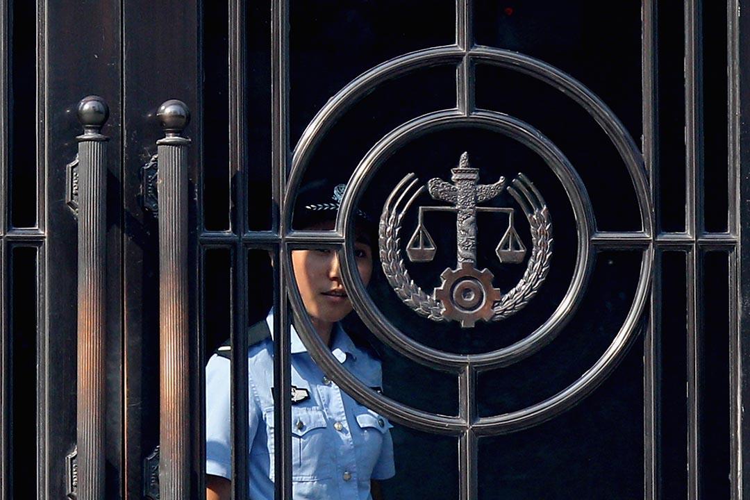 法院外中國人民法院標誌。攝:Feng Li/Getty