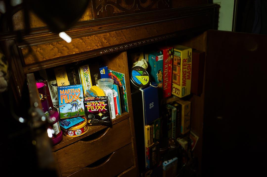 臥室的櫃子裏擺滿了各種桌遊,其中許多以太空為主題。攝 : Xiao Chang/端傳媒
