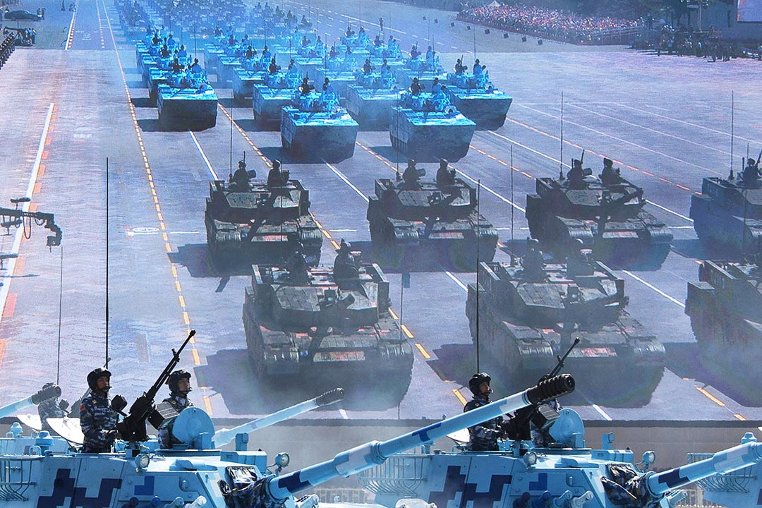 中國士兵在閱兵時駕駛坦克路過天安門廣場前的一個大屏幕。攝 : Kevin Frayer/GETTY