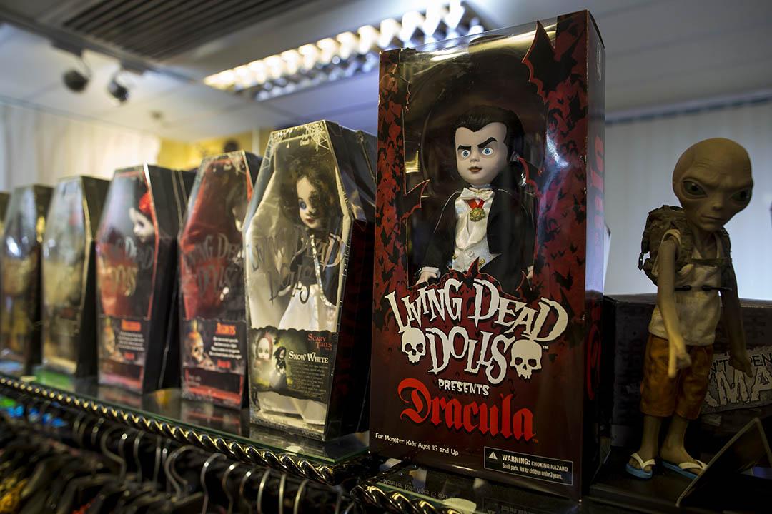 Living Dead Dolls 每款公仔都有個故事,印在死亡證明書上。攝:羅國輝/端傳媒