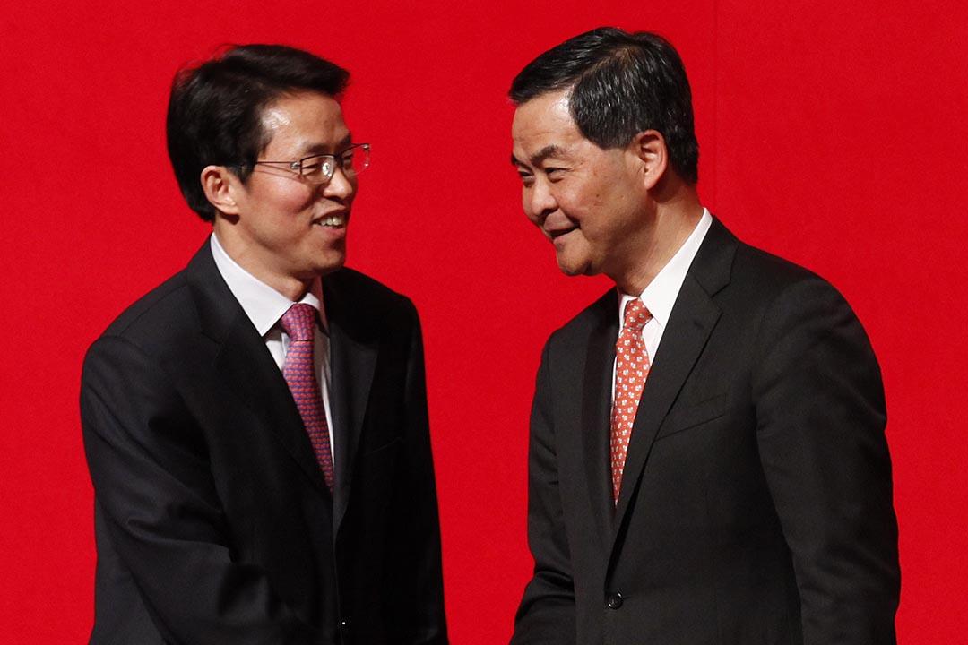 2014年2月13日,香港,中聯辦主任張曉明(左)與行政長官梁振英(右)於新春酒會交談。攝:Eyepress News via AFP