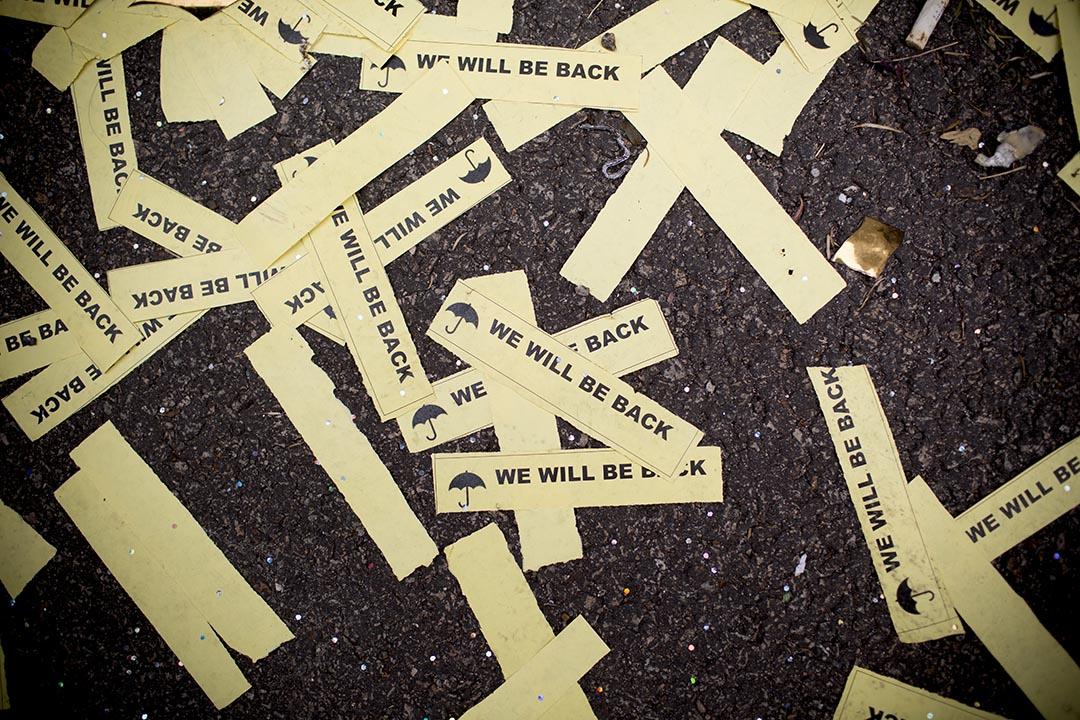 示威者於去年香港「雨傘運動」清場前,在佔領區留下寫有「WE WILL BE BACK」 標語的貼紙。 攝:Brent Lewin/GETTY