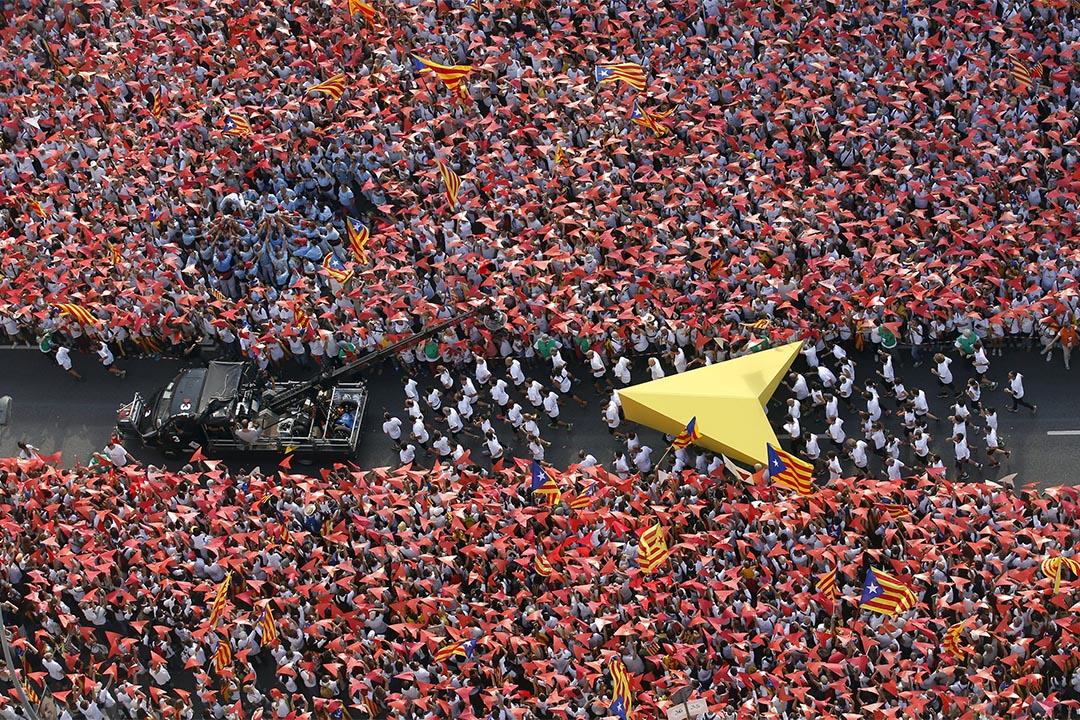 9月11日,大批群眾在巴塞隆拿市中心集會,支持加泰隆尼亞獨立。攝:Albert Gea/REUTERS