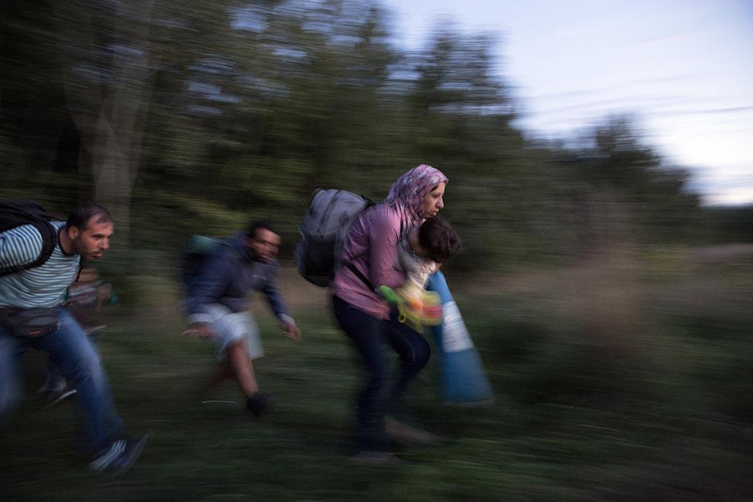 難民在試圖逃避匈牙利警察追捕。攝:Dan Kitwood/Getty