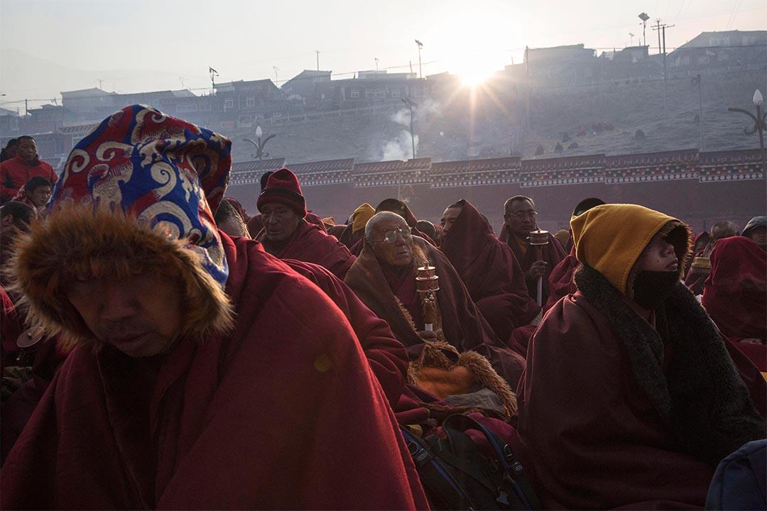 美國國會資深議員組成的訪華代表團日前訪問了西藏。圖為藏傳佛教僧侶在早上誦經。攝 : Kevin Frayer/GETTY