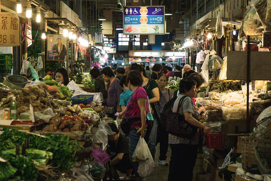 市民在街市買餸準備晚飯。攝:王嘉豪/端傳媒