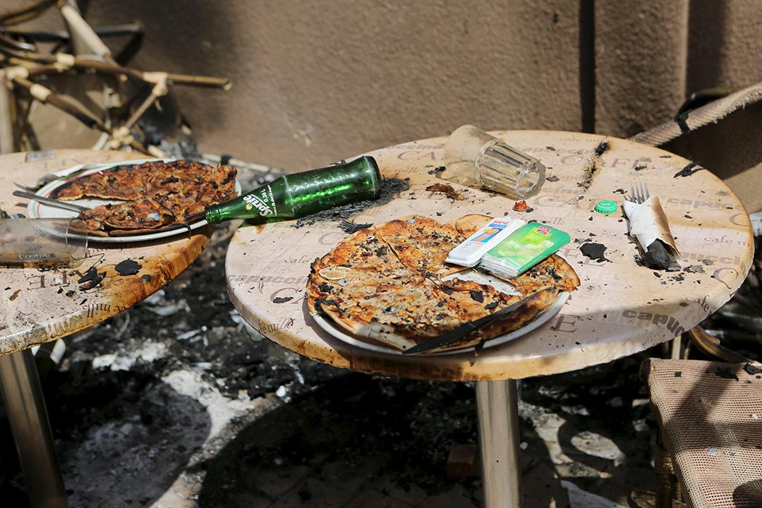 2016年1月18日,非洲布吉納法索首都瓦加杜古一家餐廳遇襲後杯盤狼藉。攝:Joe Penney/REUTERS