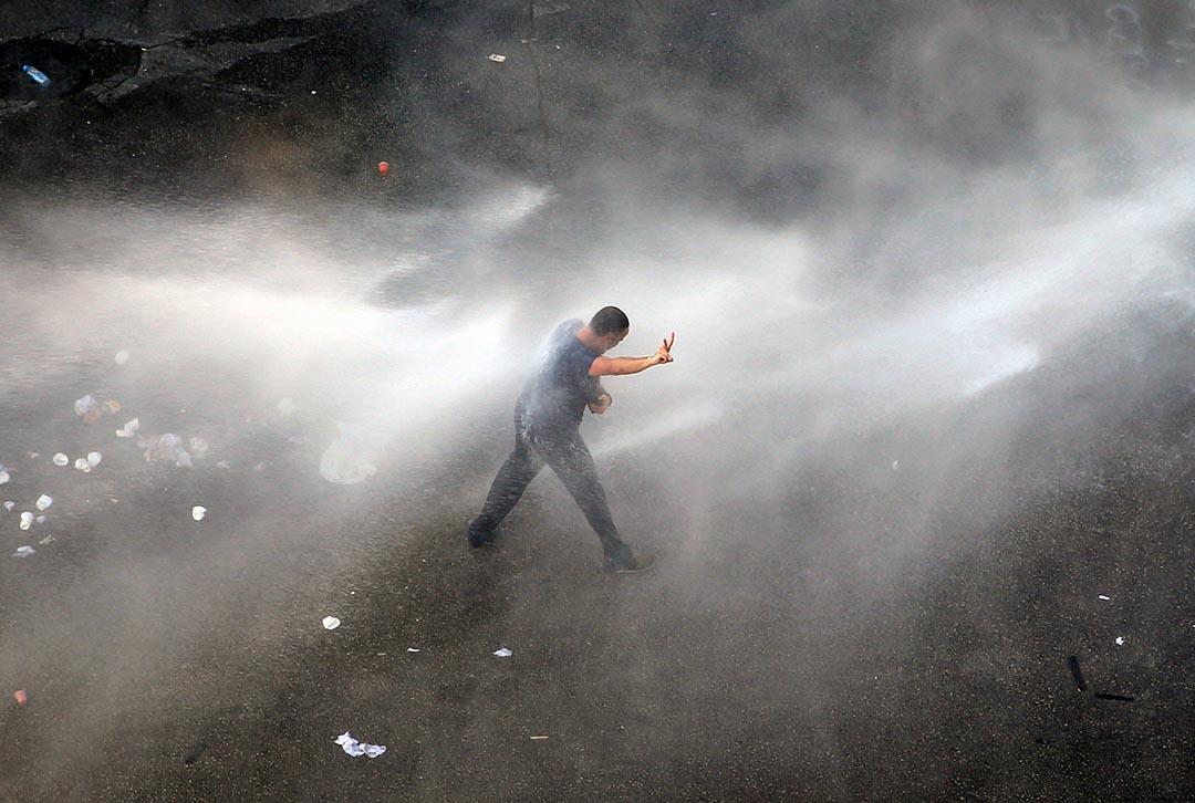 黎巴嫩首都貝魯特一個名示威者在水炮射擊下示威遊要求當局解決街上垃圾堆積的問題。
