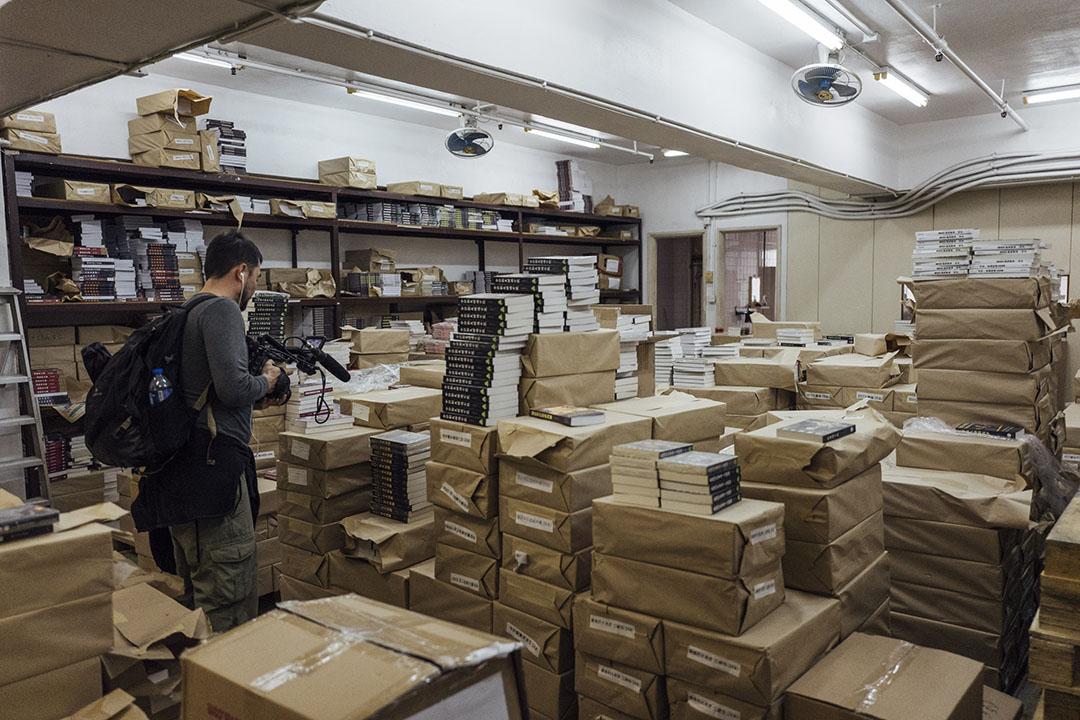 2016年1月2日,巨流出版社於柴灣的貨倉,有記者在貨倉採訪。攝:Anthony Kwan/端傳媒