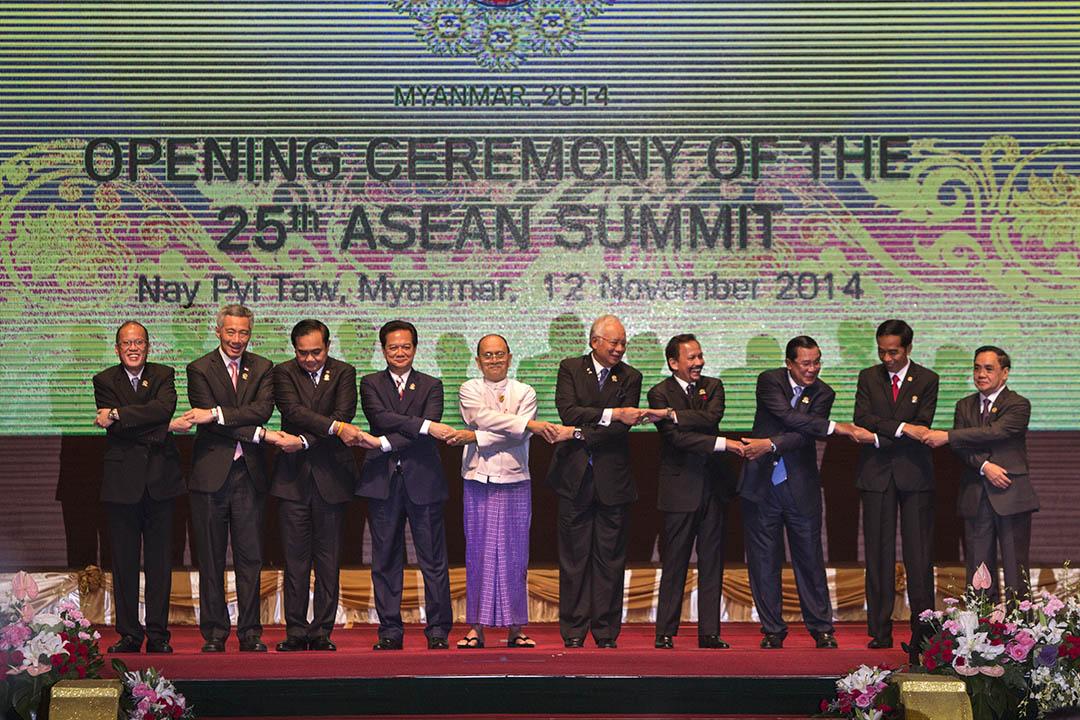 2014年11月12日,東協在緬甸舉行峰會,東協各國元首在會前手拉手拍照。攝:Paula Bronstein/GETTY