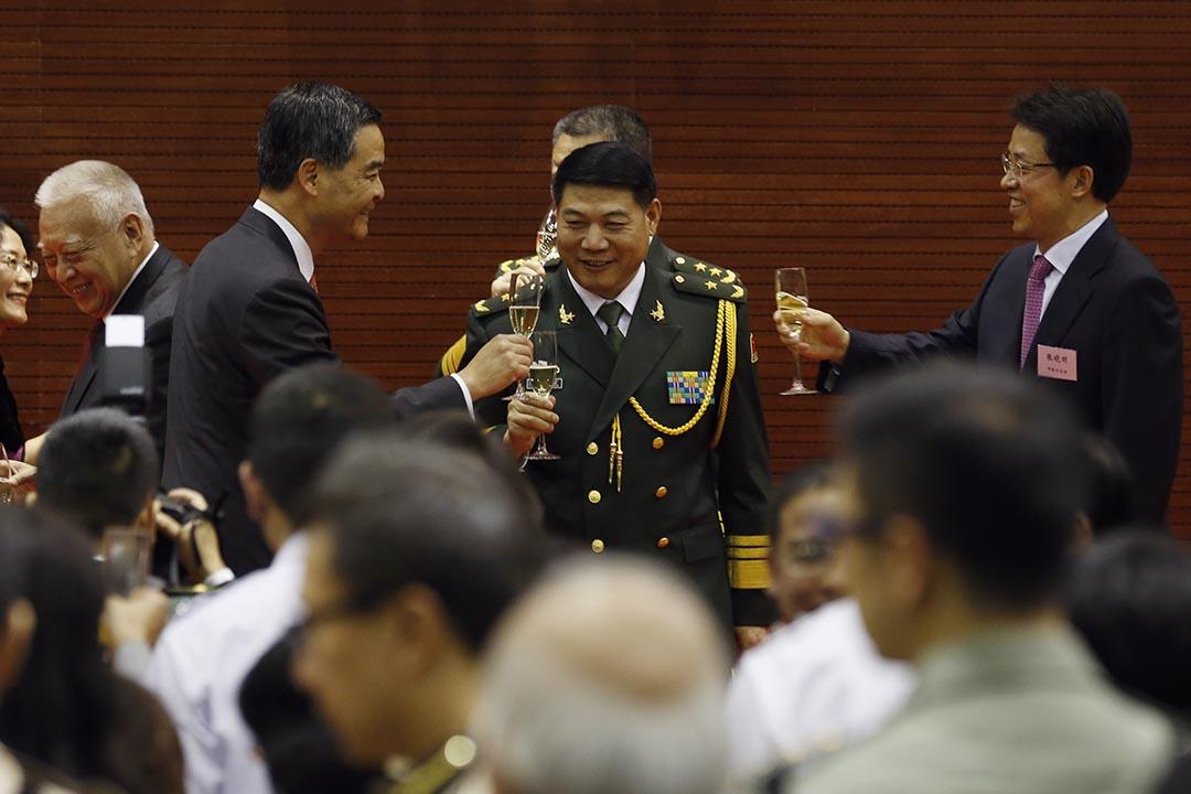 2014年7月31日,香港特區行政長官梁振英與中聯辦主任張曉明出席慶祝中國人民解放軍成立典禮。攝:Kin Cheung/REUTERS/Pool