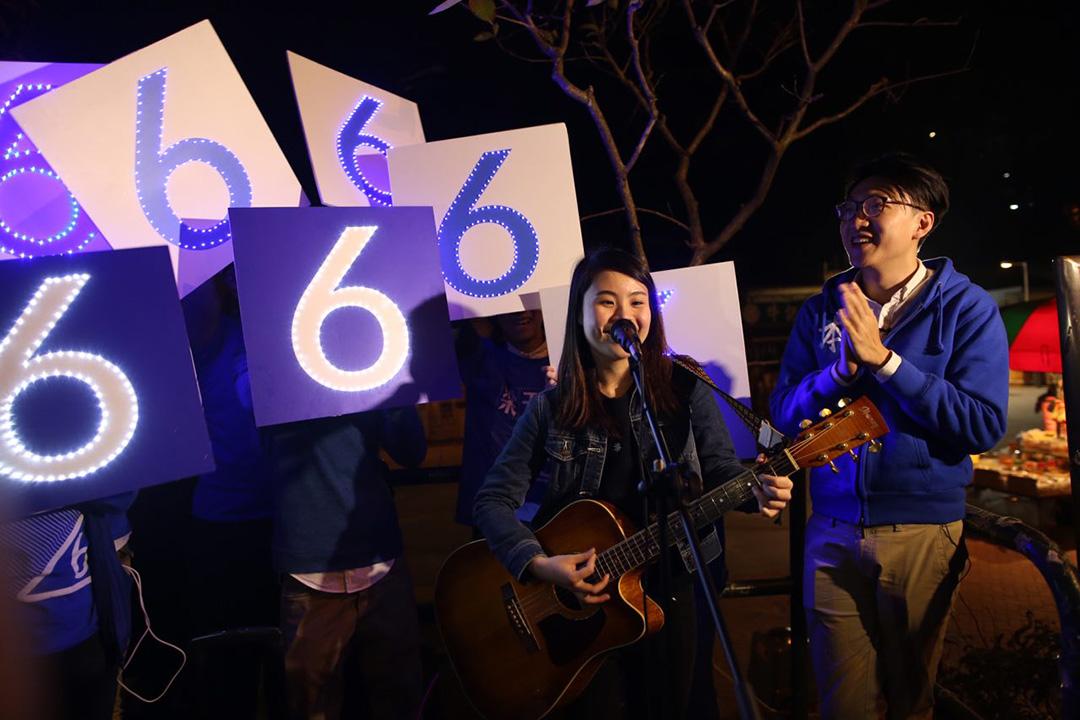 2016年2月28日傍晚,梁天琦的支持者在沙田彈結他唱歌為梁拉票。攝:羅國輝/端傳媒