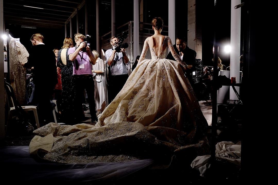 2015年7月9日,巴黎,穿着高級訂造服的模特兒參與巴黎時裝周並在後台拍照。攝:Gareth Cattermole/GETTY