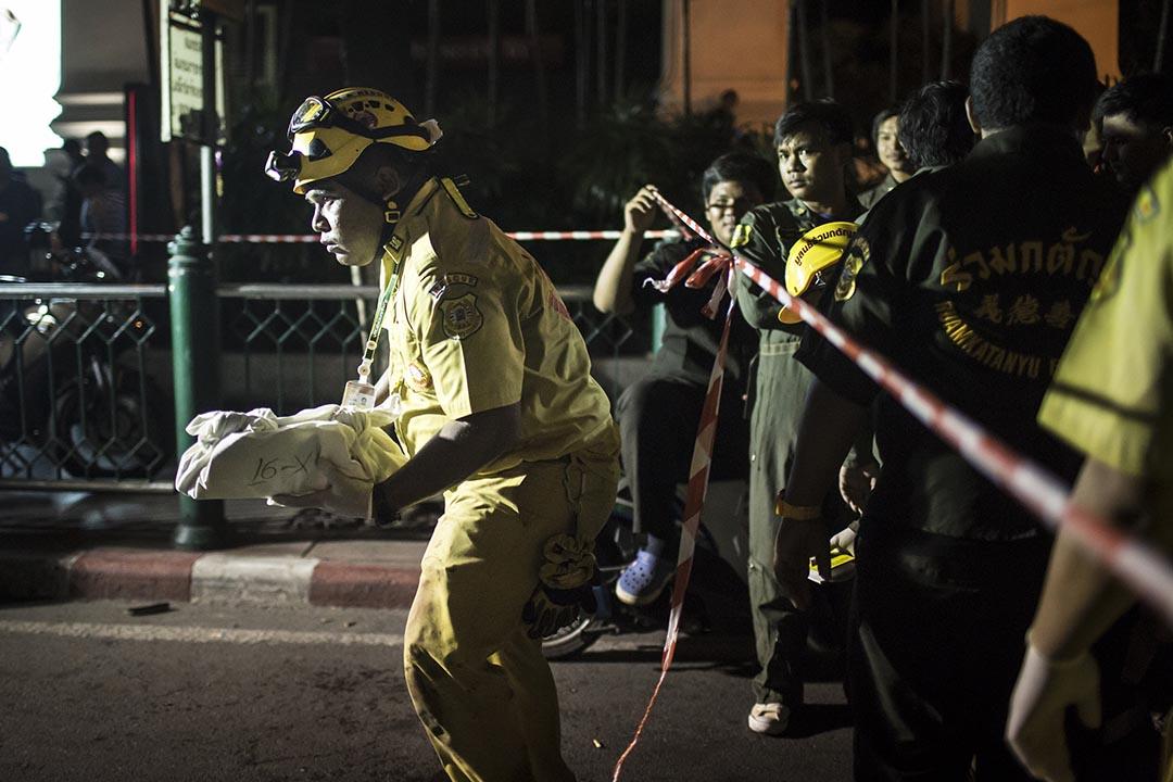 泰國曼谷四面佛爆炸後,救援人員把斷肢送離現場。