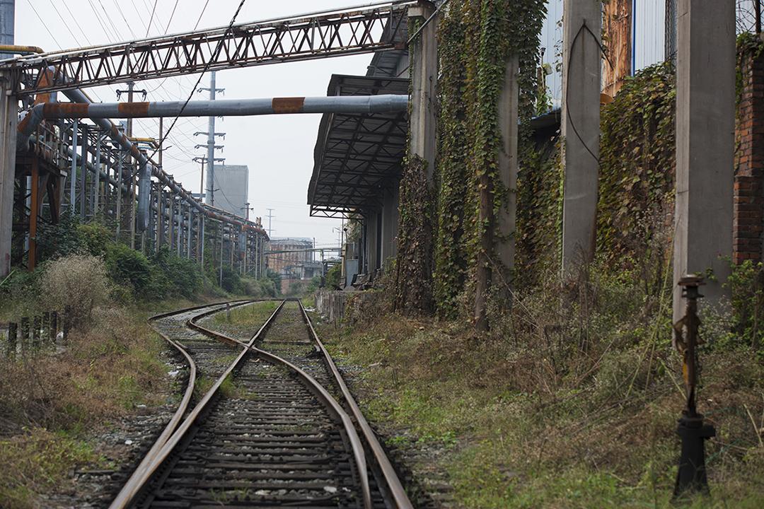 攀成鋼老廠區裏的鐵路。攝: Yue Wu/端傳媒