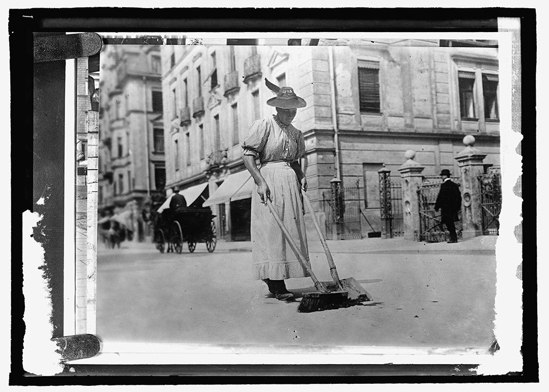 1909至20年間,德國,一名女清道夫在街上工作。攝:National Photo Company Collection/Library of Congress/Handout via Reuters