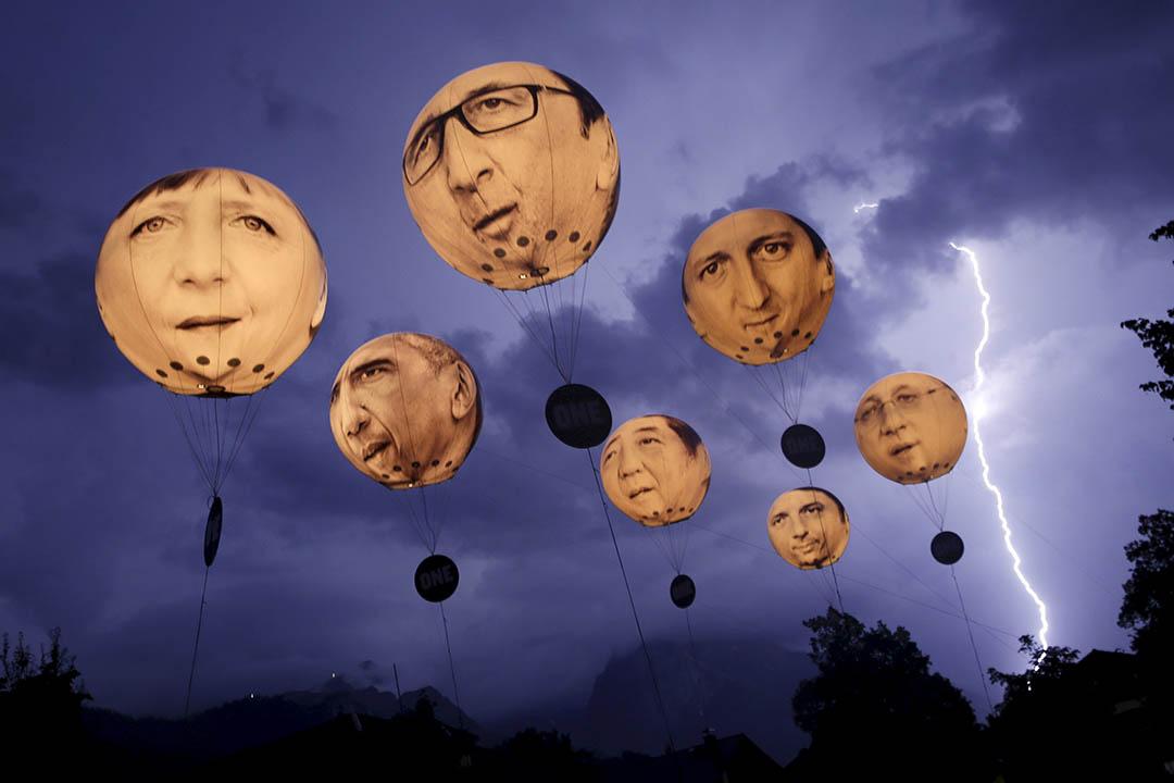 2015年6月7日,德國加米施·帕滕基,示威者升起印有七國領導人肖像的氣球。攝:Wolfgang Rattay/REUTERS