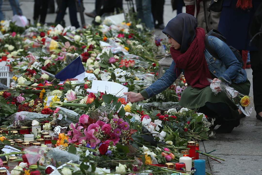 2015年11月16日,德國柏林,一名伊斯蘭女子在法國領事館外悼念巴黎恐襲死難者。攝:Sean Gallup/GETTY