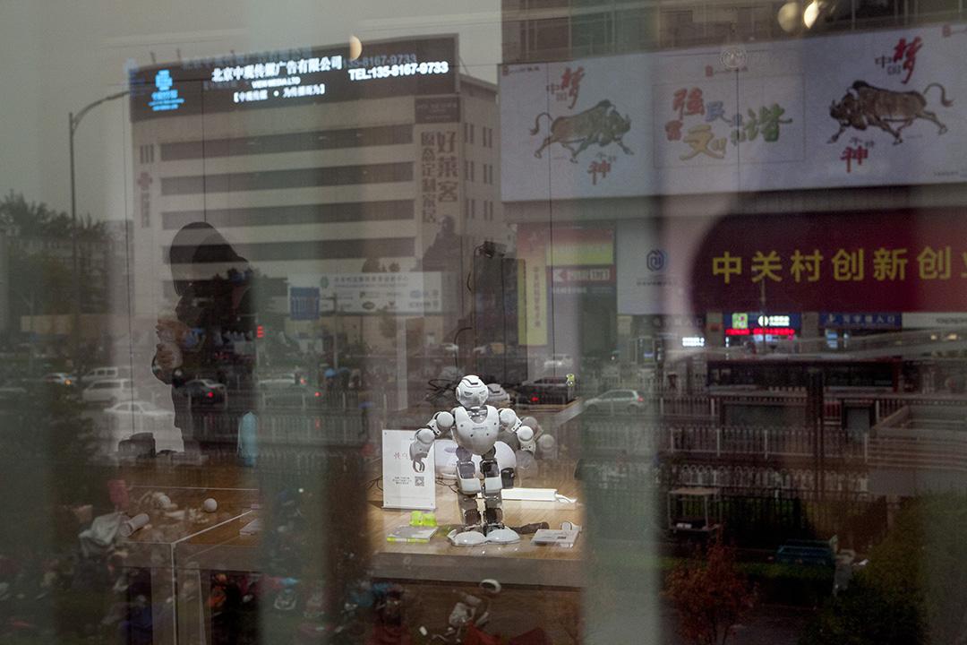「硬蛋」展示室擺放了機械人。攝:Giulia Marchi/端傳媒