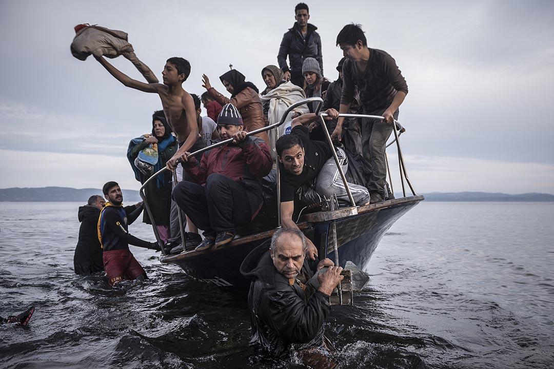 2016年11月16日,希臘,難民乘坐船隻在Lesbos登陸。攝:Sergey Ponomarev/The New York Times