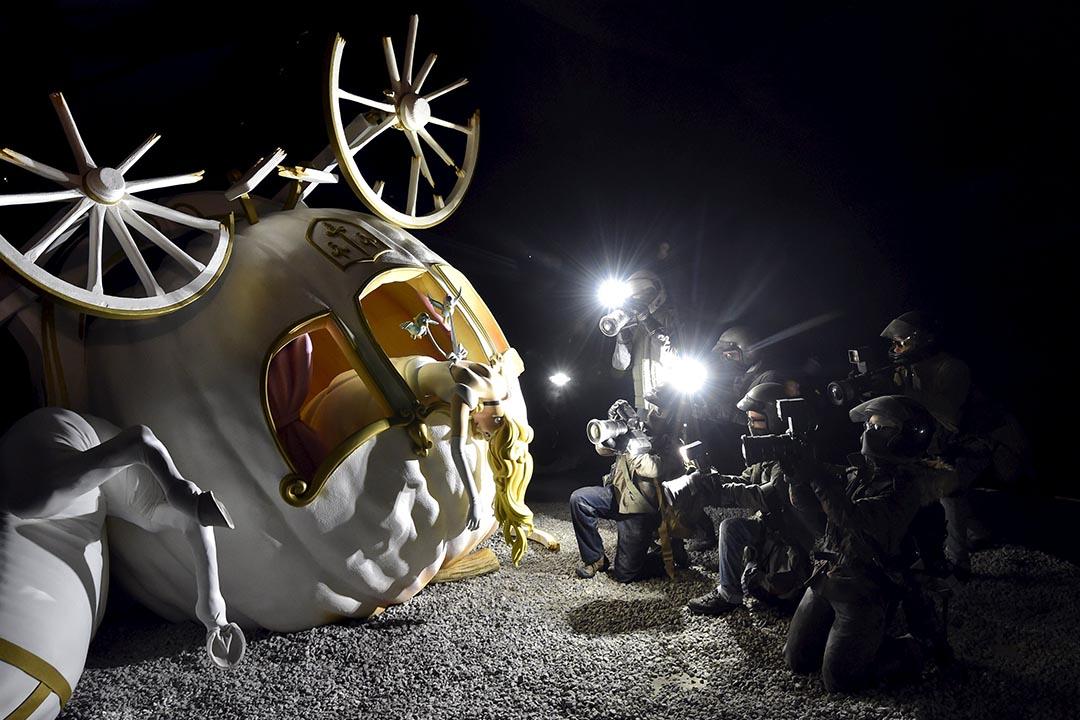 英國街頭藝術家Bansky在英國南部建造的主題樂園內,放置了一個公主從馬車墮下的藝術裝置。