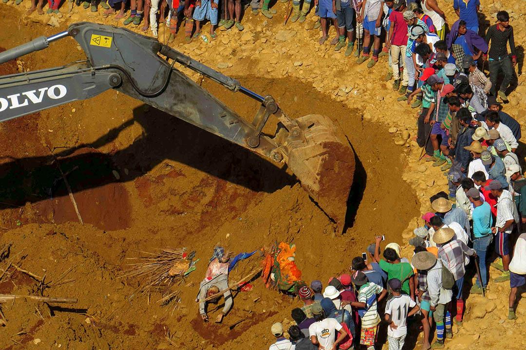 緬甸克欽邦玉礦發生致命意外,圖為拯救隊在案發現場用挖泥機挖掘屍體。攝:REUTERS
