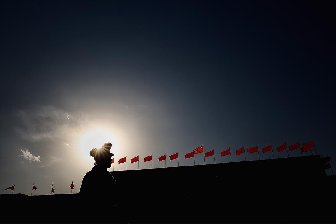 一名警察站在中國人民大會堂外。攝:Feng Li/Getty