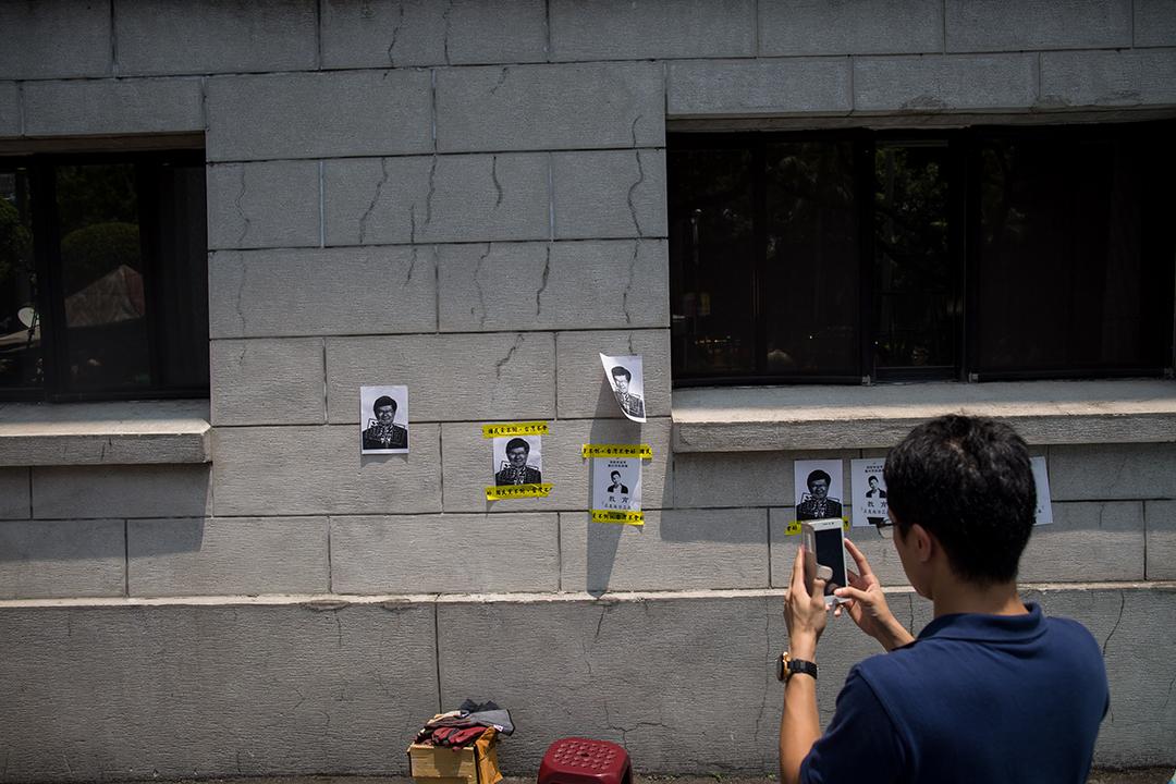 民眾於教育部外貼上要求教育部長吳思華下台海報。攝: Billy H.C. Kwok/ 端傳媒