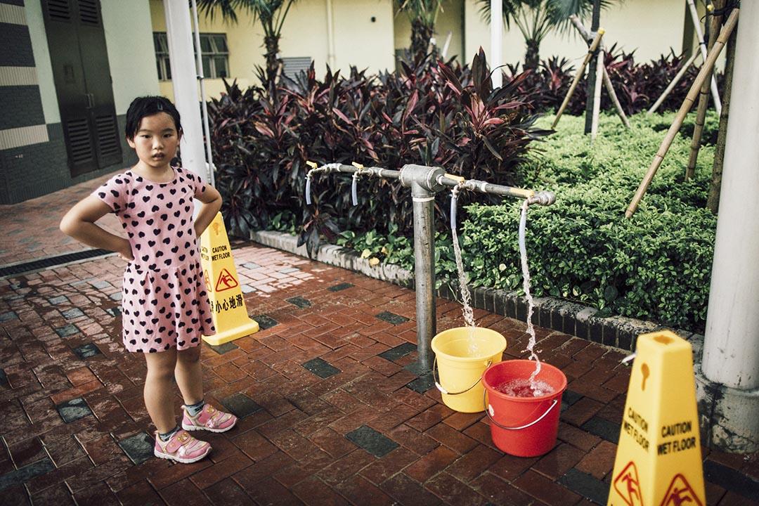 圖為啟晴邨住戶水管供水含鉛量過高,居民需到臨時供水處取水使用。 攝: Anthony Kwan/端傳媒