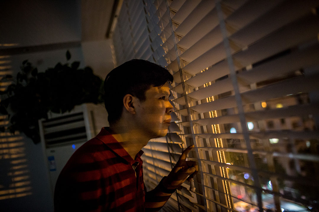 Joshua,從他在杭州一幢商業大廈內的地下教堂望出窗外。攝:Billy H.C. Kwok/端傳媒