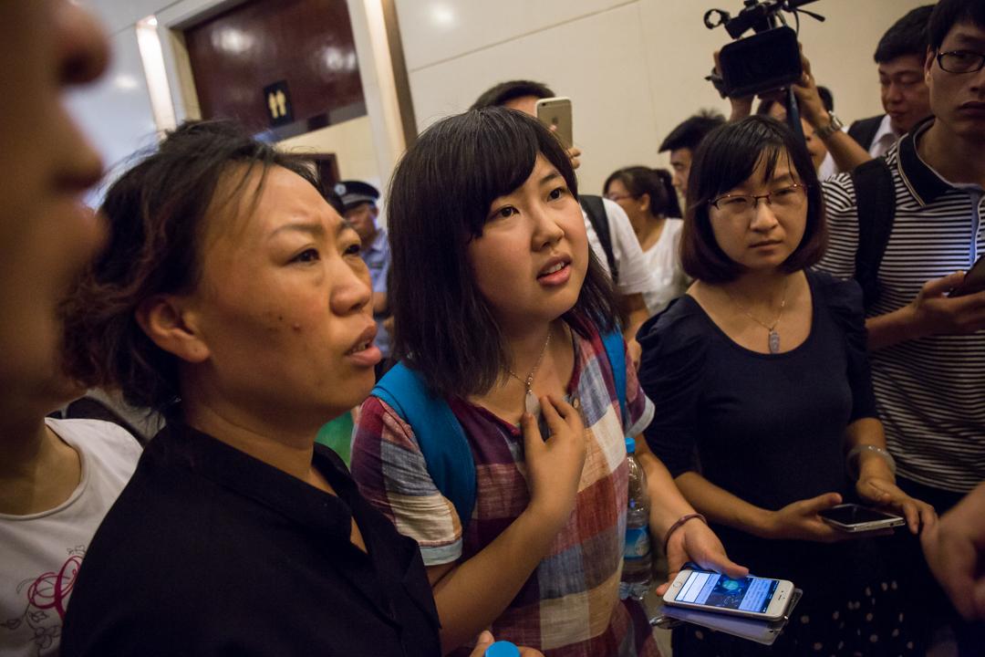 失縱的消防隊員家屬在發佈會後,要求政府人員幫忙。