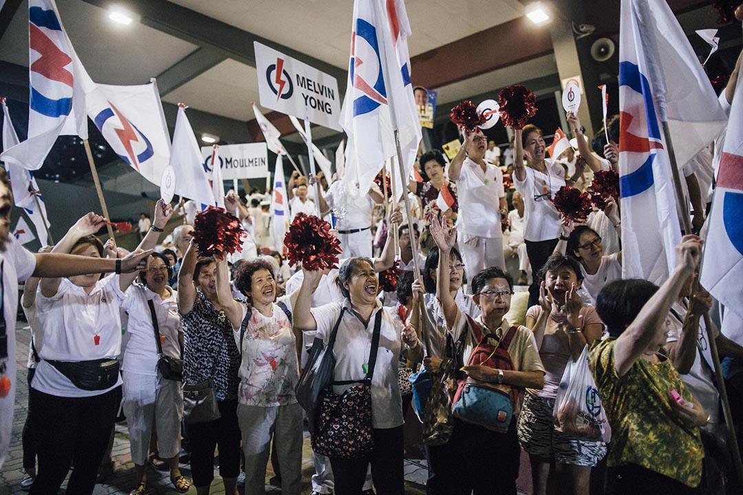 人民行動黨支持者歡呼喝采。攝 : Anthony Kwan/端傳媒