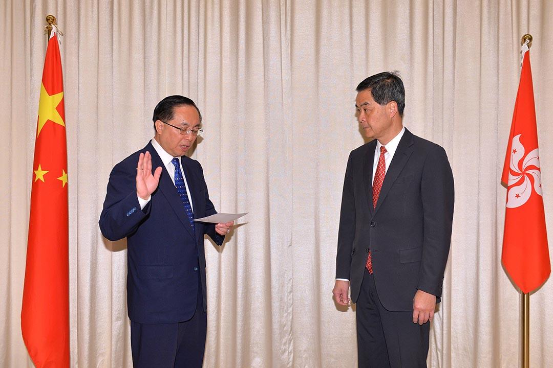 香港創新及科技局首任局長楊偉雄在行政長官梁振英監誓下宣誓就職。政府新聞處圖片