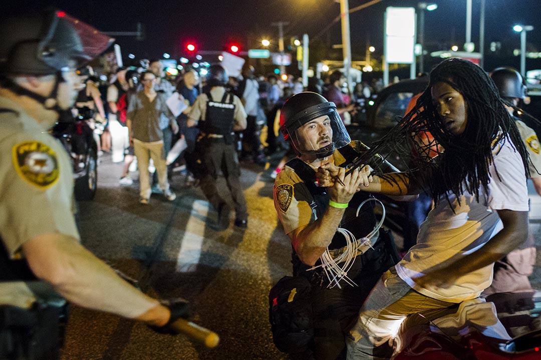 聖路易斯郡警方拘捕進行紀念黑人青年布朗(Michael Brown)被槍殺一週年遊行的示威者。攝 : Lucas Jackson/REUTERS