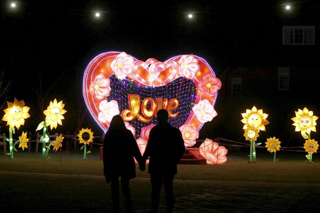 一對情侶在元宵節燈飾前走過。攝 : Peter Nicholls/REUTERS
