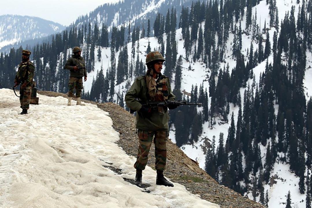 印度士兵在克什米地區的爾庫普瓦拉縣北部站崗。攝 : AFP