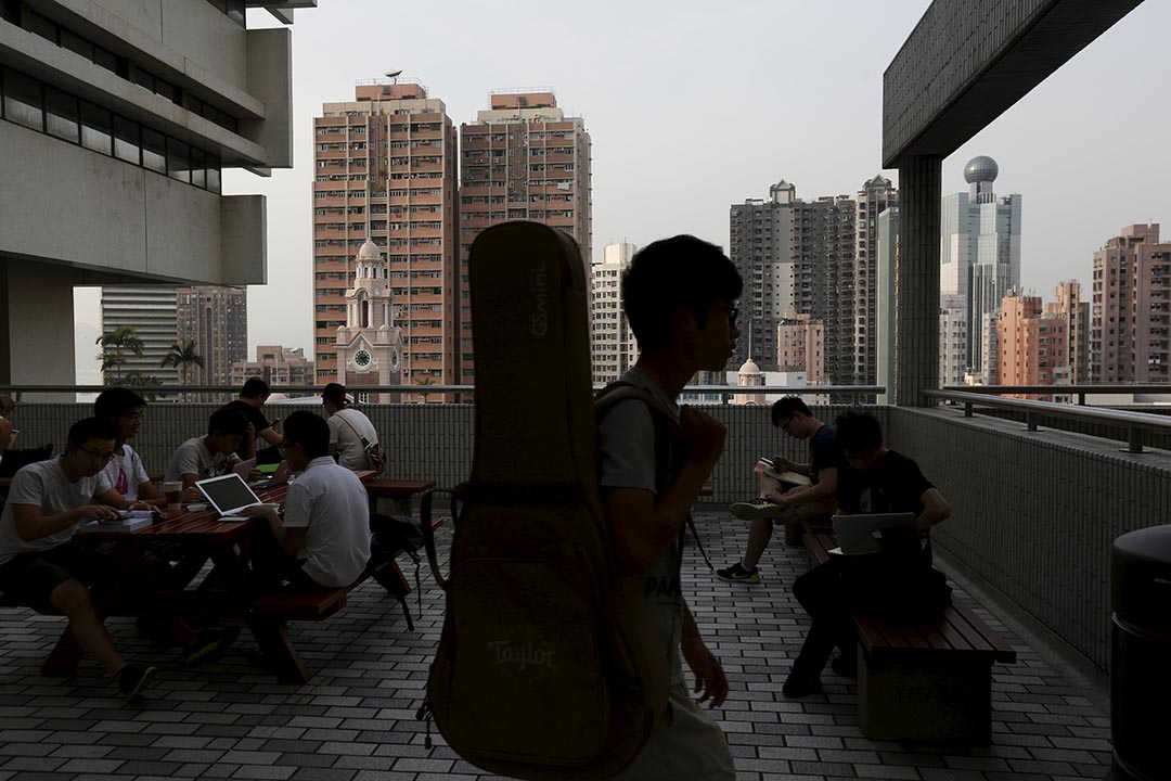 香港大學學生在校園裏温習。攝 : Bobby Yip/REUTERS