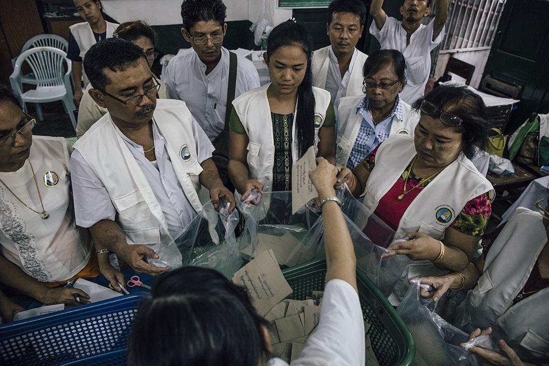 2015年11月8日,緬甸仰光,票站職員在選舉結束後在票站點票。 攝:Anthony Kwan/端傳媒